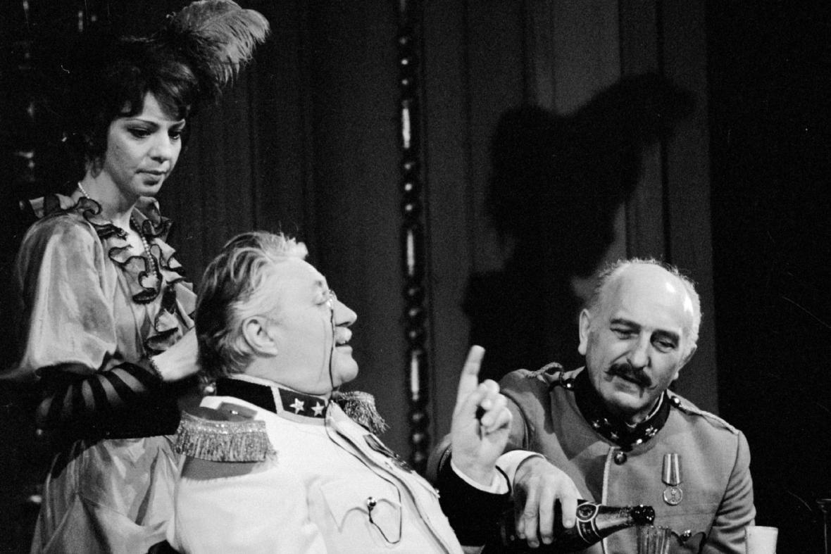 Otakar Brousek st. v inscenaci Haškova Švejka na scéně Divadla na Vinohradech
