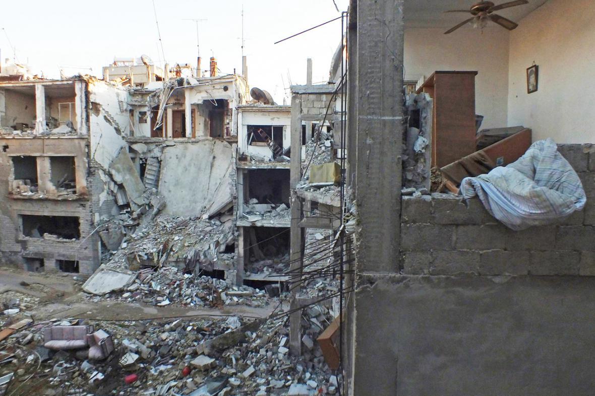 Zničená obytná čtvrť v Homsu