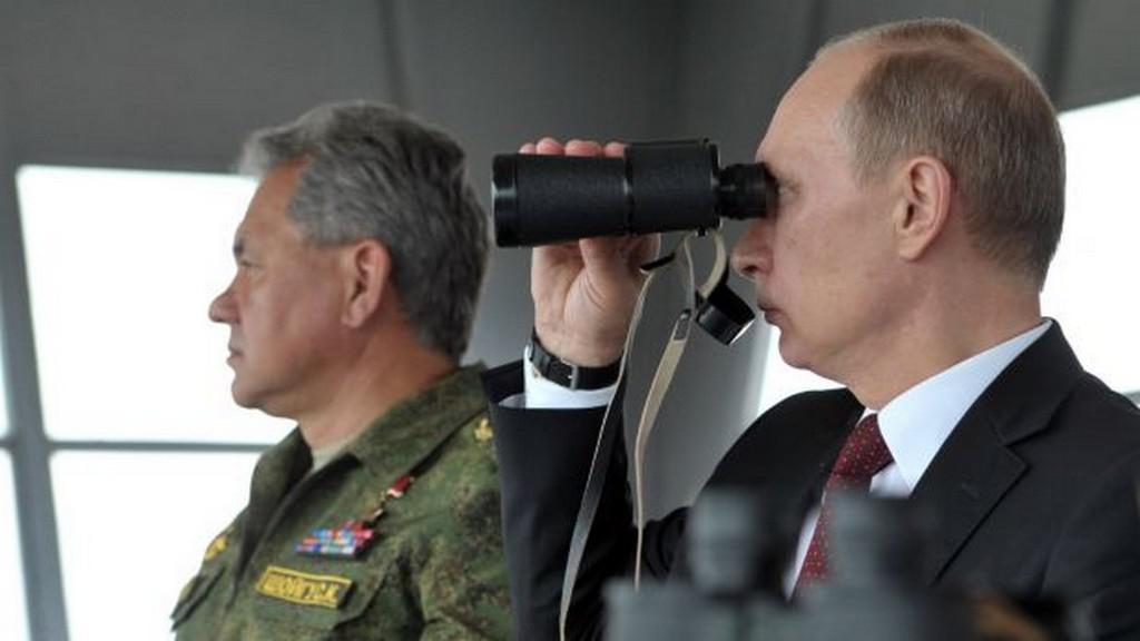 Vladimir Putin sleduje vojenské manévry