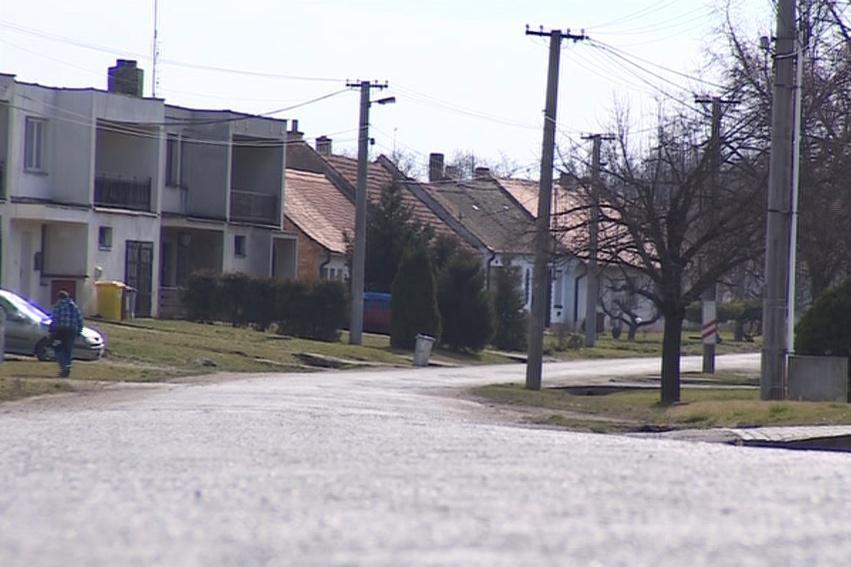 V obci žije asi 400 obyvatel