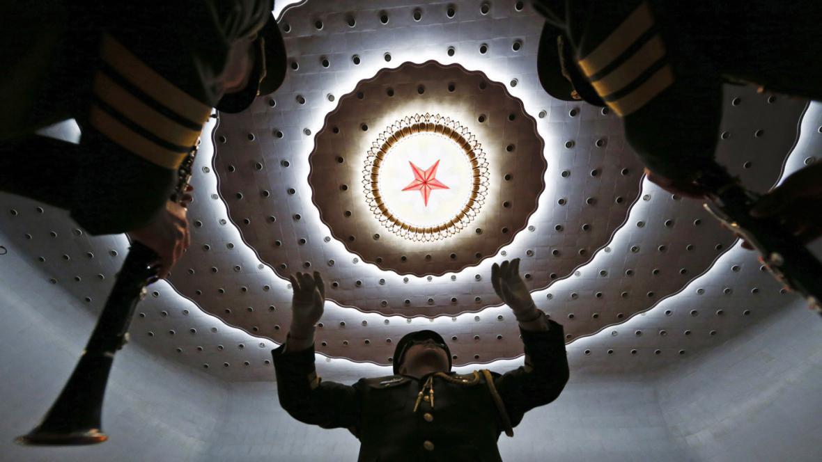 Delegátům na závěr zasedání čínského parlamentu zahrála vojenská kapela