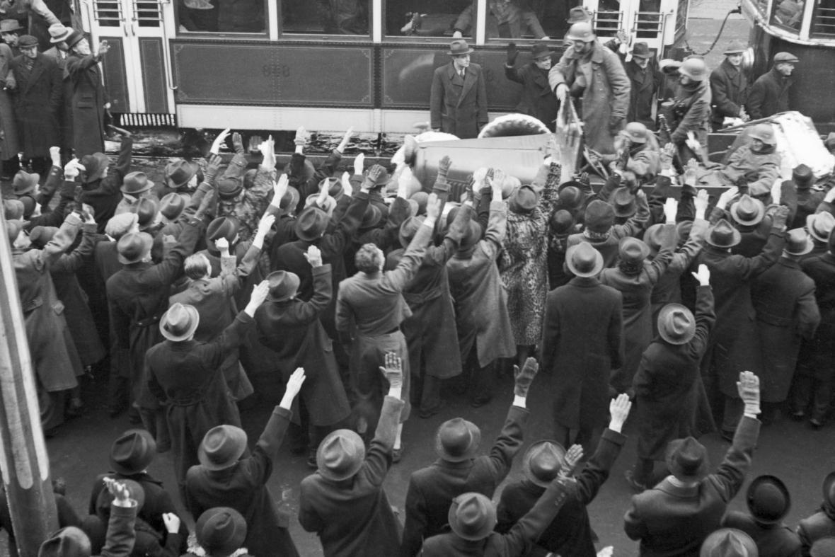 Březen 1939: Pražané vítají hitlerovská vojska