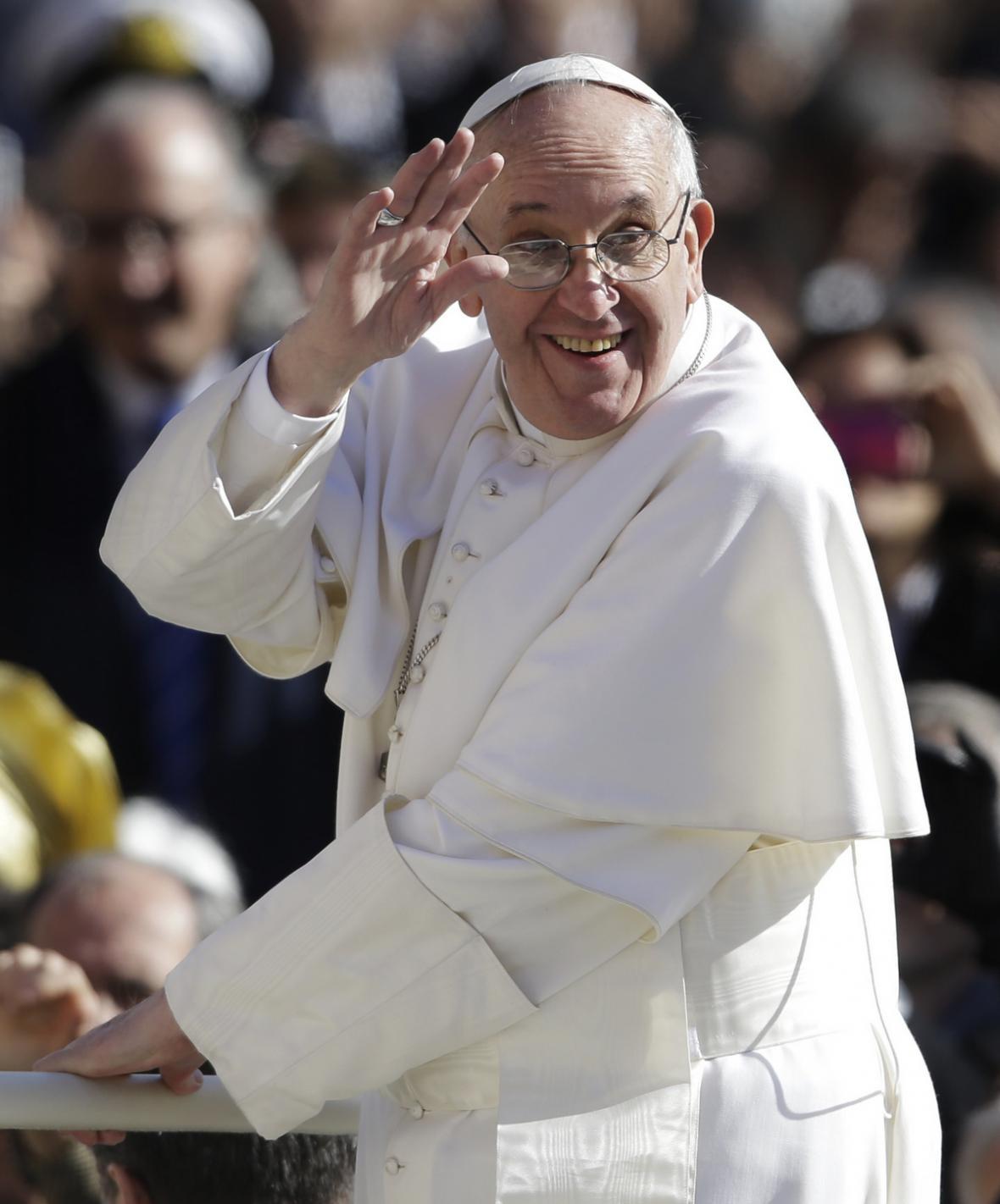 František pozdravil před inaugurací věřící z papamobilu