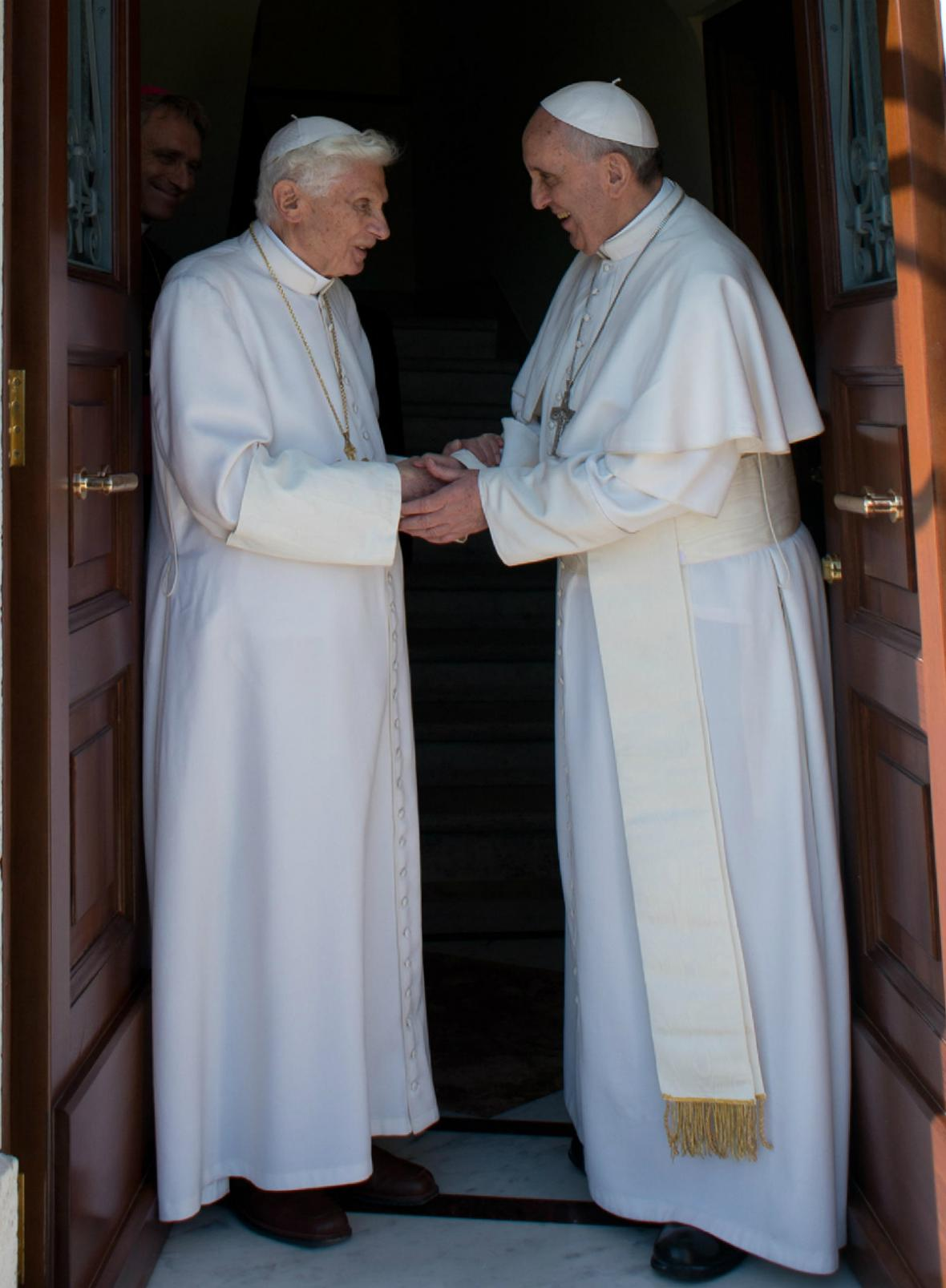 Dva papežové va Vatikánu. František vítá Benedikta