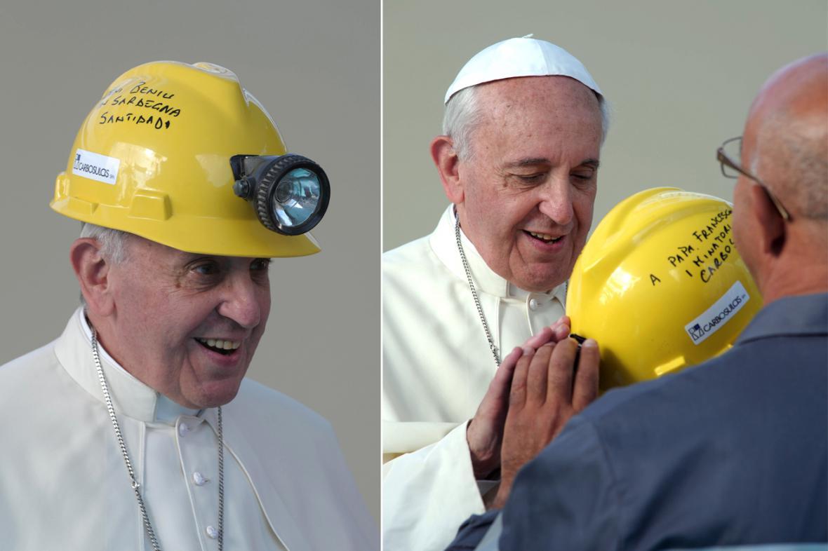 Papež František dostal při návštěvě Sardinie havířskou přilbu
