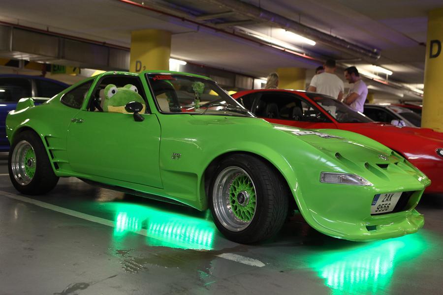 Přehlídka luxusních automobilů k filmu Need for Speed