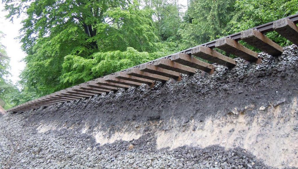 Červen 2013 - voda podemlela desítky metrů tratě u Křižan