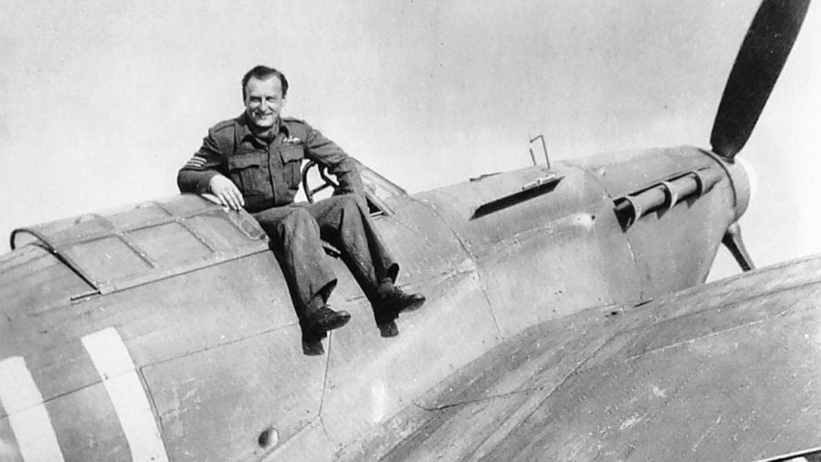 Zdeněk Škarvada se svým strojem Hurricane, RAF Dyce, Aberdeen, 1941