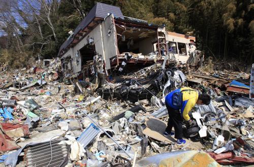 Záchranáři hledají těla obětí tsunami