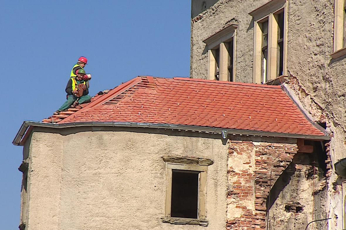 Oprava střechy zámku v Dolních Kounicích