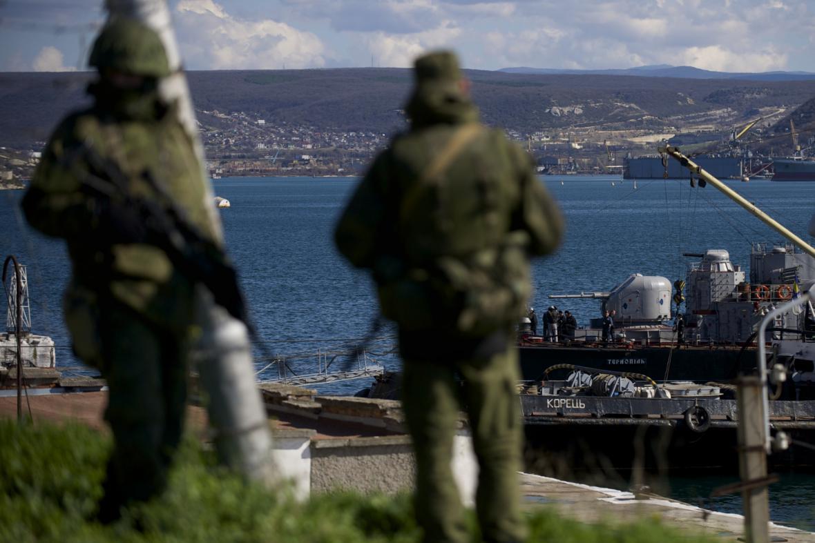 Vojenské hlídky u přístavu v Sevastopolu