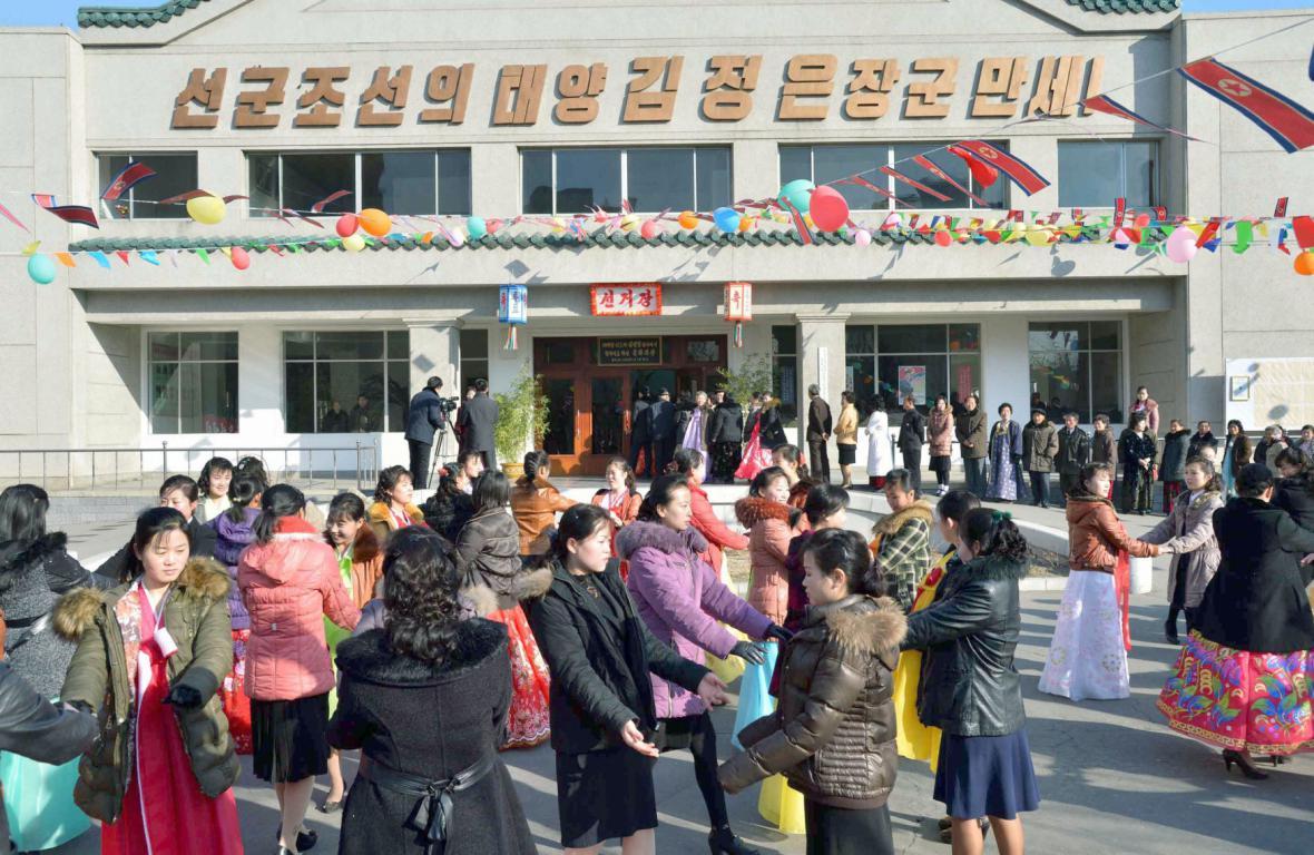 Tančící Severokorejci se radují z voleb do Nejvyššího lidového shromáždění