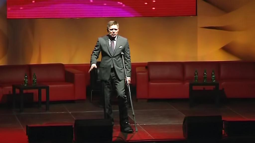 Robert Fico za svými voliči míří i navzdory zranění
