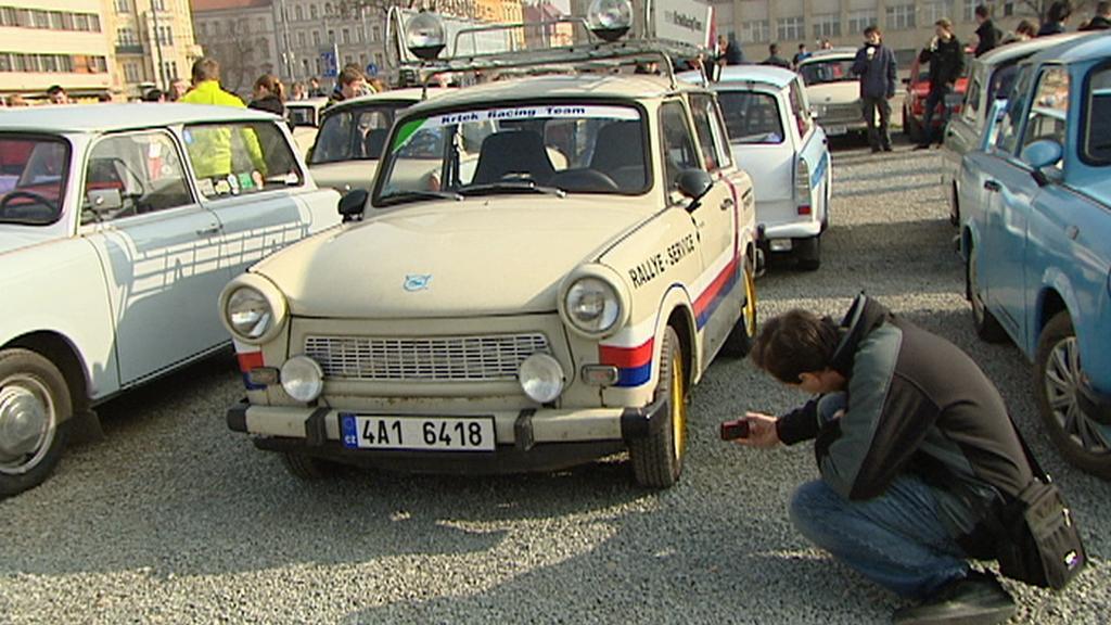 Sraz majitelů trabantů v Praze na Letné