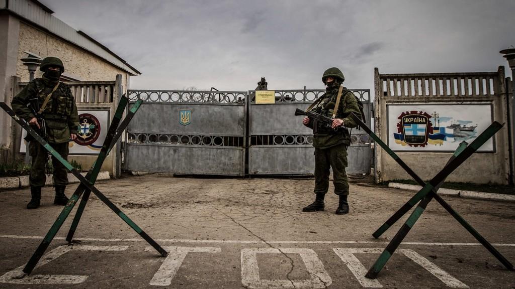 Ruští vojáci střeží základnu na Krymu
