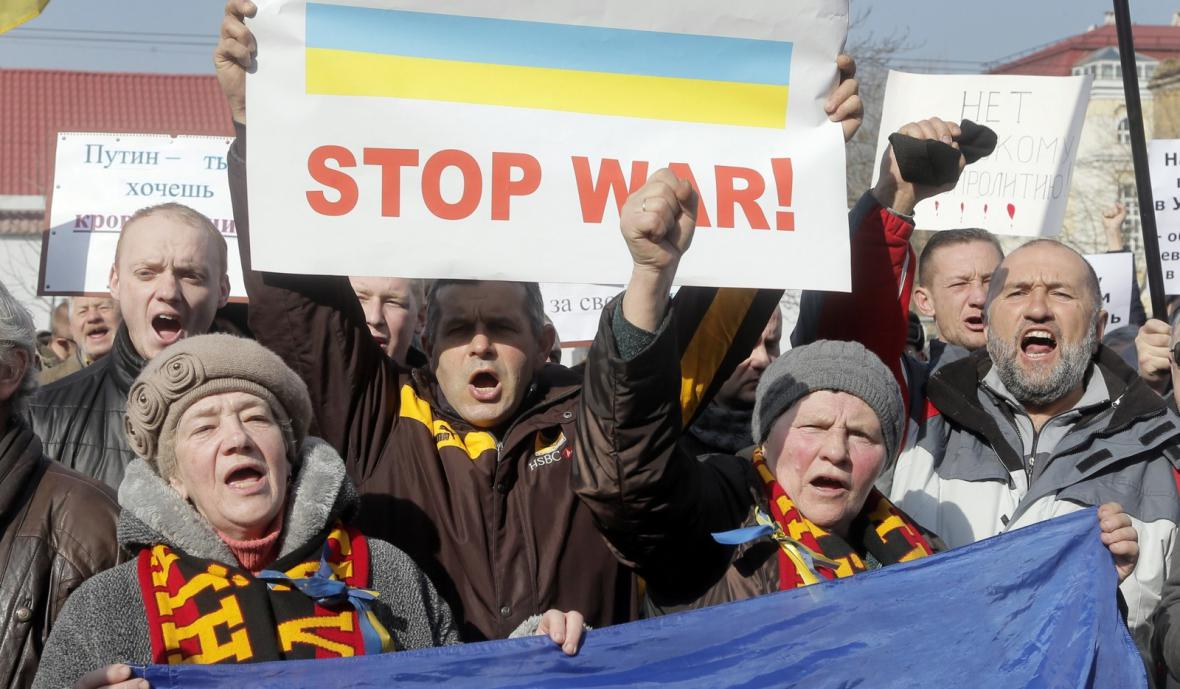 Demonstranti před ruskou ambasádou v Kyjevě
