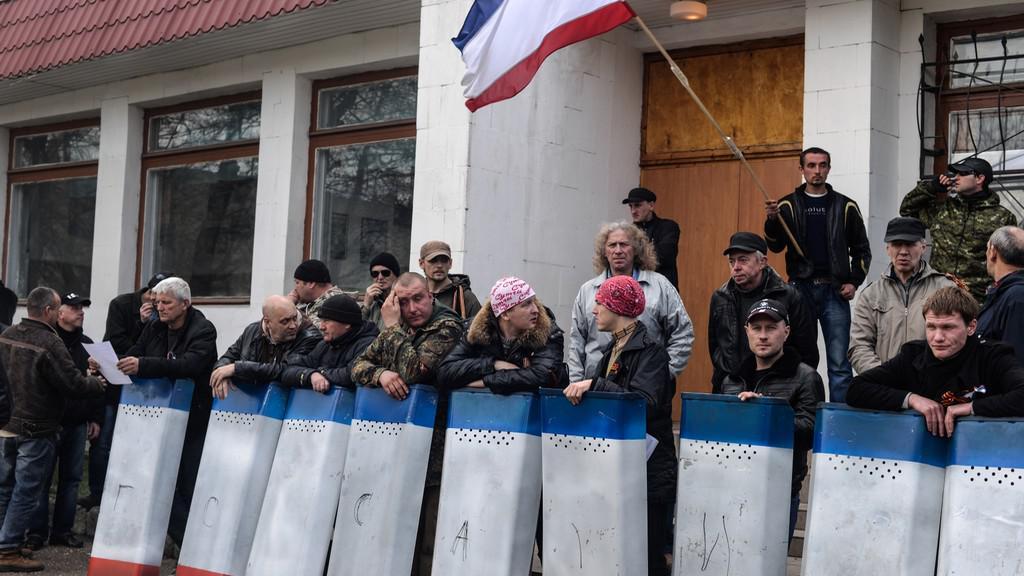 Vojenské objekty na Krymu stále v obležení
