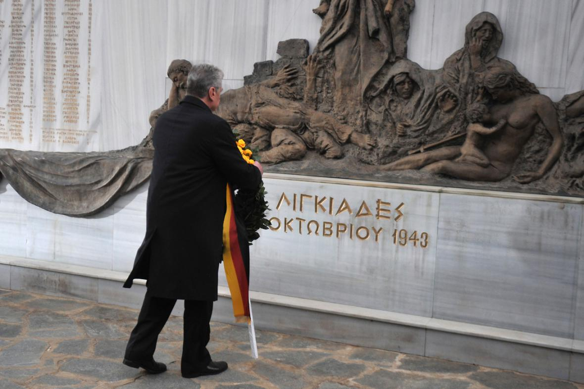 Joachim Gauck u pomníku v obci Ligiades