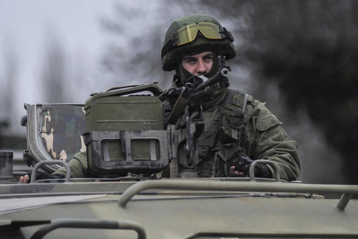 Ozbrojenec v Balaklavě na jihozápadě Krymu