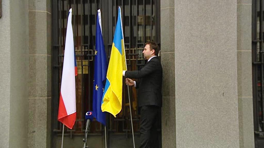 Marian Jurečka vyvěsil před svým resortem ukrajinskou vlajku