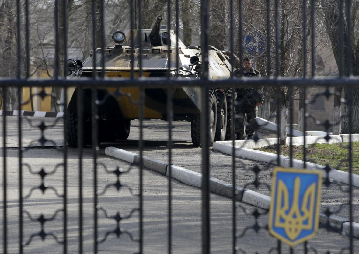 Ukrajinský obrněný transportér v přístavu Kerč na Krymu