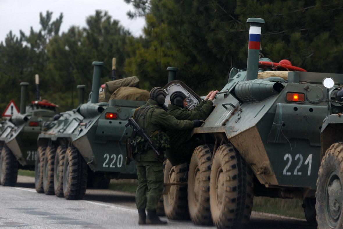 Ruské obrněné transportéry míří do Simferopolu