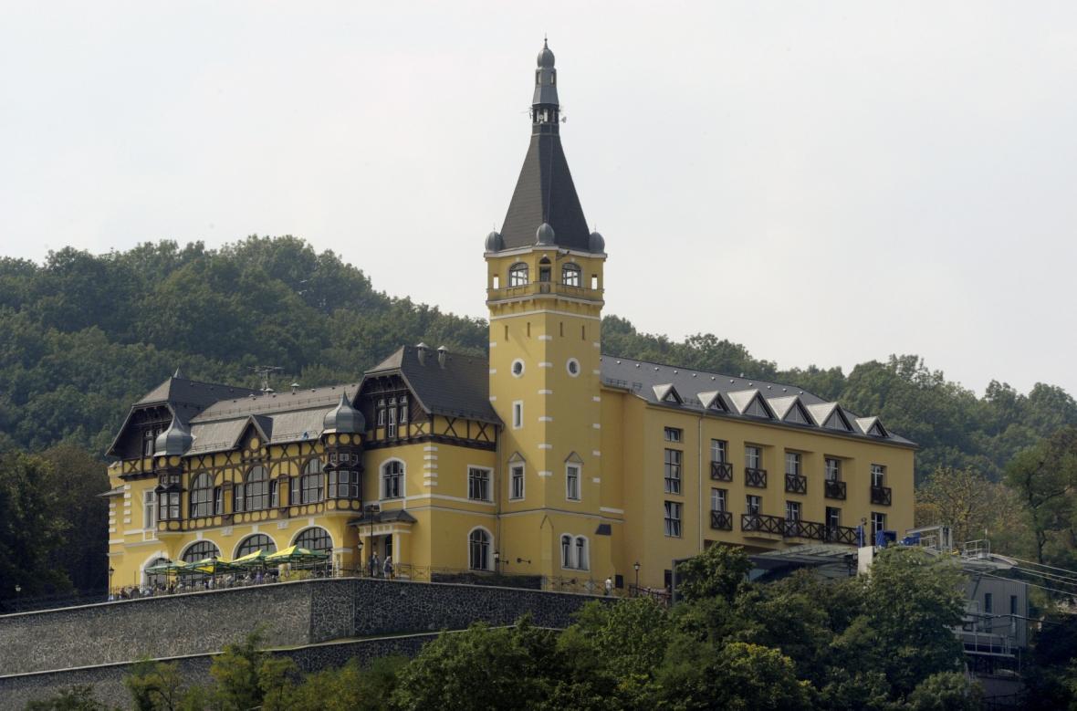 Větruše v centru Ústí a její hotelová dostavba s horní stanicí lanovky