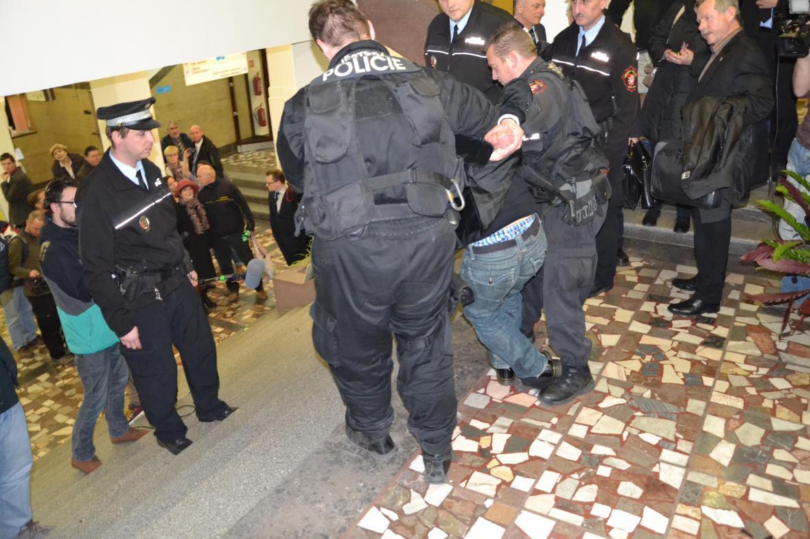 Policie odvádí herce Maryška poté, co napadl radního Eichlera