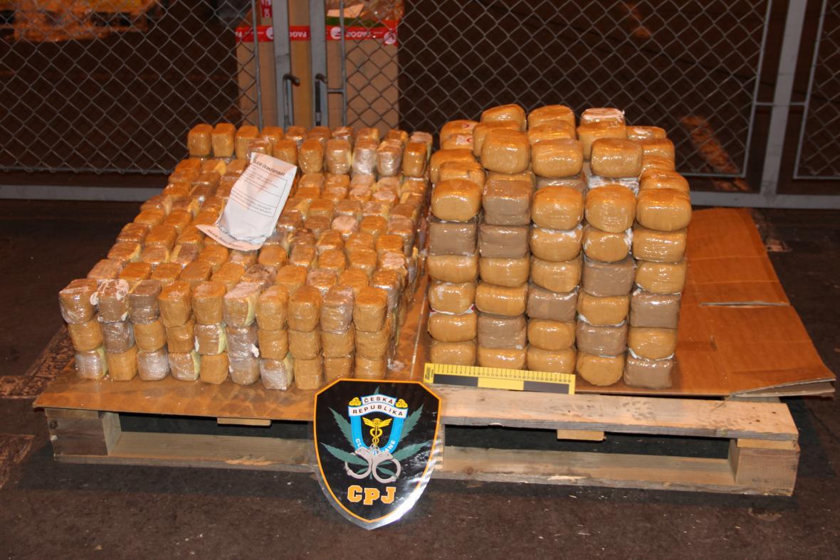 Celníci v Praze odhalili zásilku 182 kilogramů heroinu