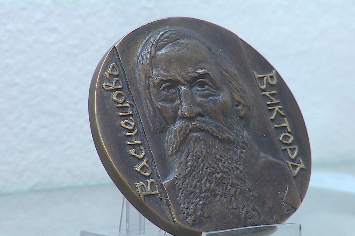 Medaile a plakety připomínají významné osobnosti