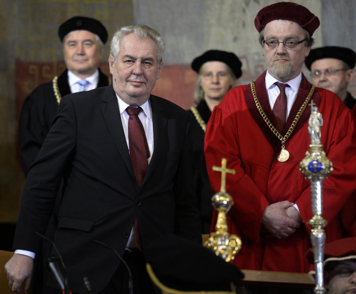 Zeman přihlíží inauguraci rektora UK (vpravo prorektor Stanislav Štech)