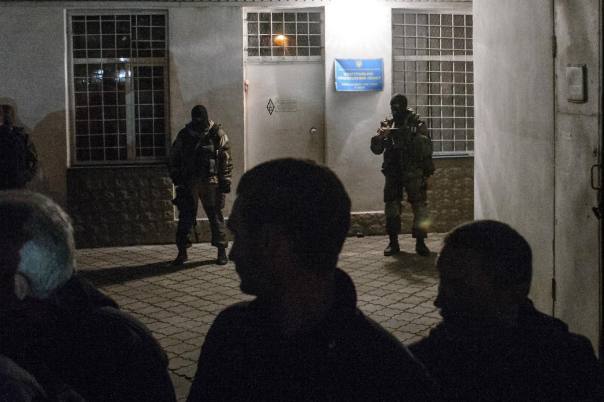 Proruští ozbrojenci u štábu ukrajinského námořnictva v Sevastopolu