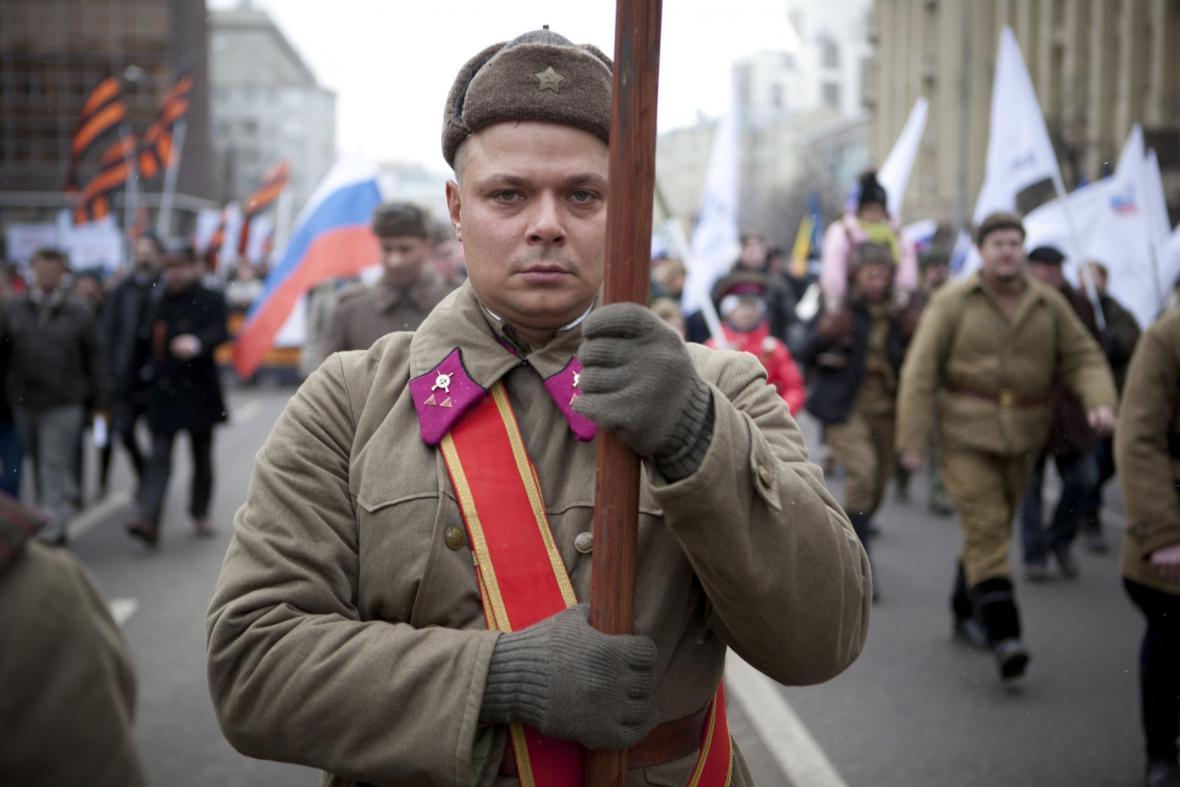 Prokremelští aktivisté demonstrují v Moskvě