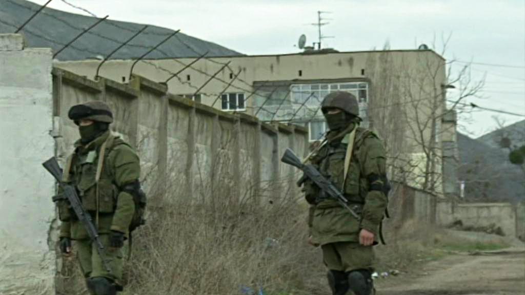 Ozbrojenci před kasárnami na Krymu