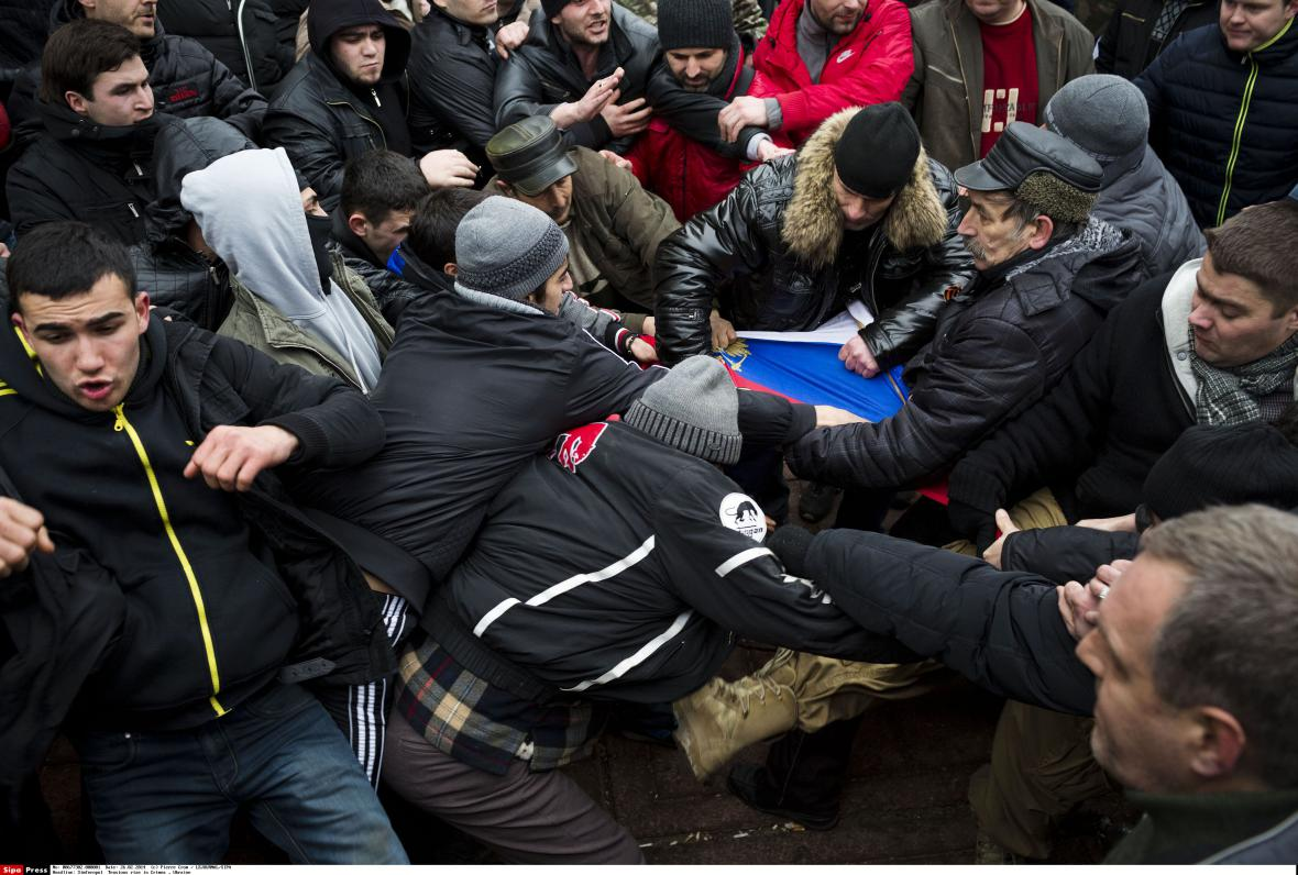 Střety proruských demonstrantů s krymskými Tatary