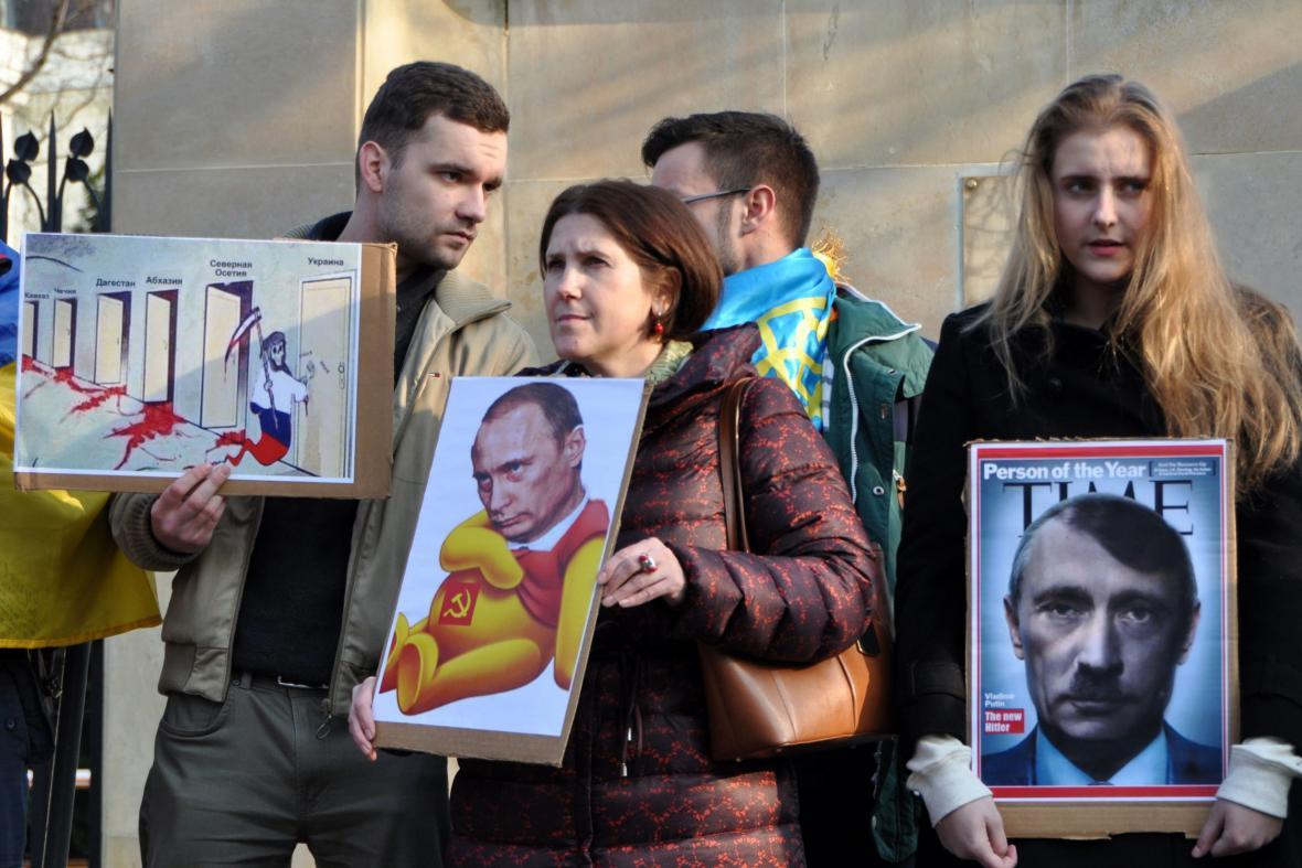 Lidé před ruským velvyslanectvím v Praze protestují proti postupu Ruska na Krymu