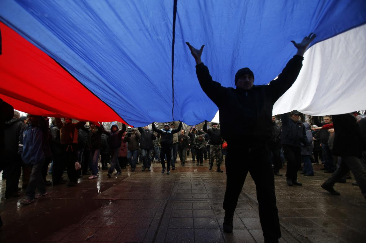 Proruští demonstranti před krymským parlamentem