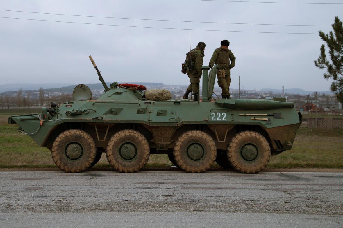 Ruské obrněné transportéry na krymských silnicích