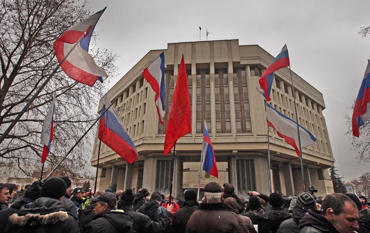 Proruští demonstranti před budovou krymského parlamentu