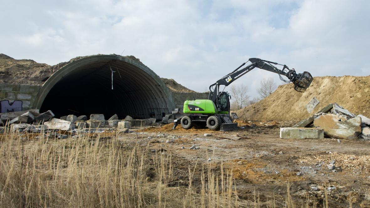V bývalém vojenském prostoru v Milovicích začala demolice