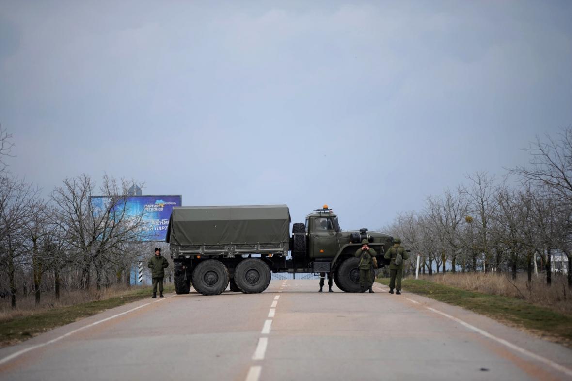 Ruské jednotky blokují silnici do sevastopolského přístavu
