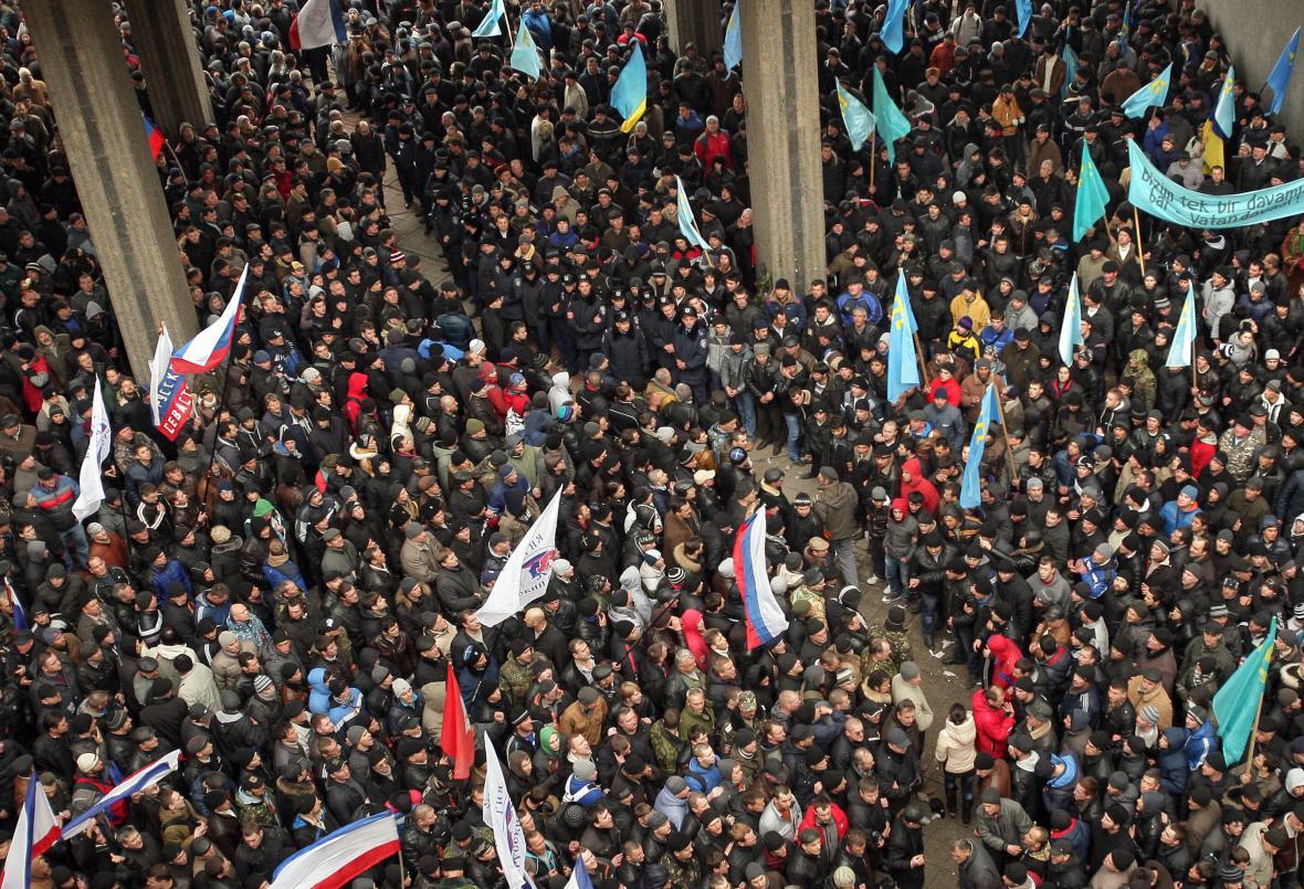 Pro a protiruští demonstranti před krymským parlamentem