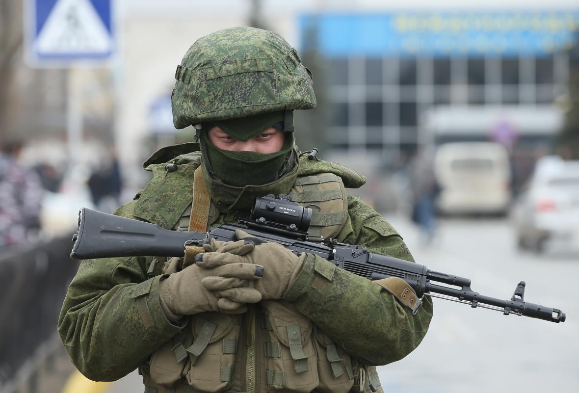 Proruští ozbrojenci před letištěm v Simferopolu