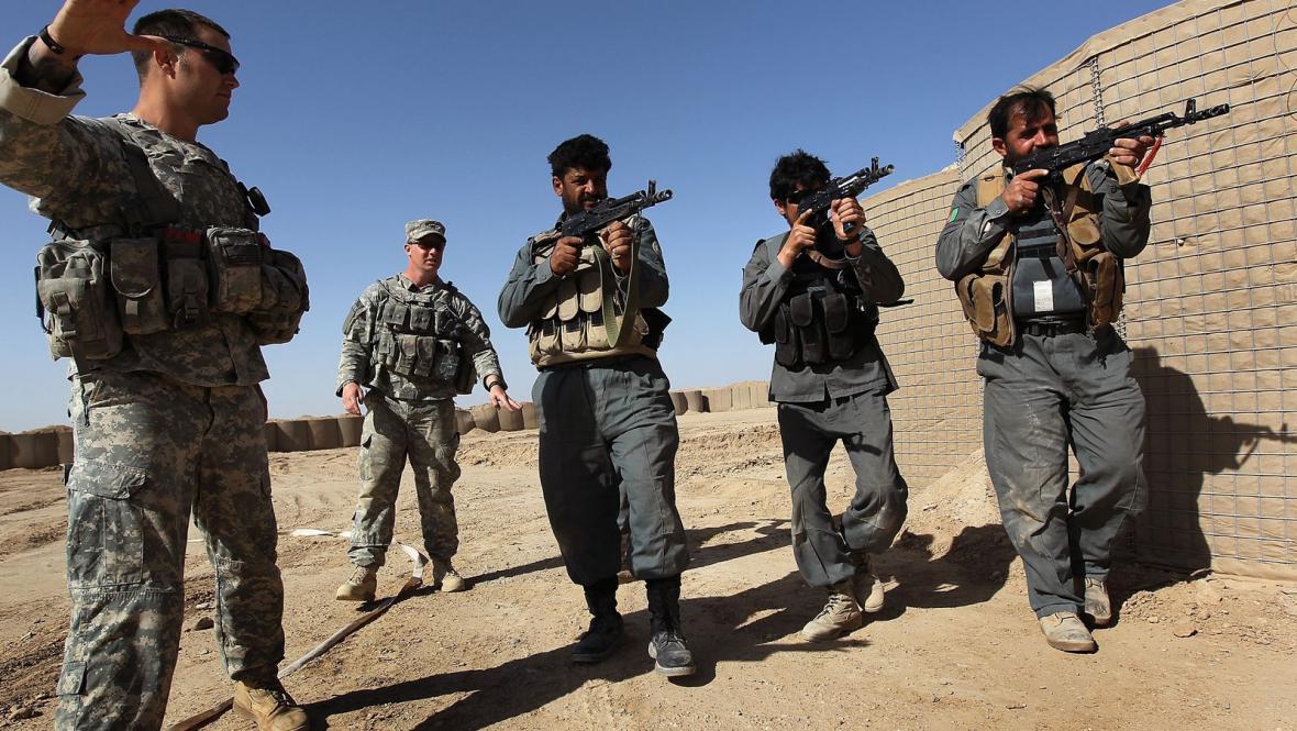Vojáci NATO a afghánská armáda