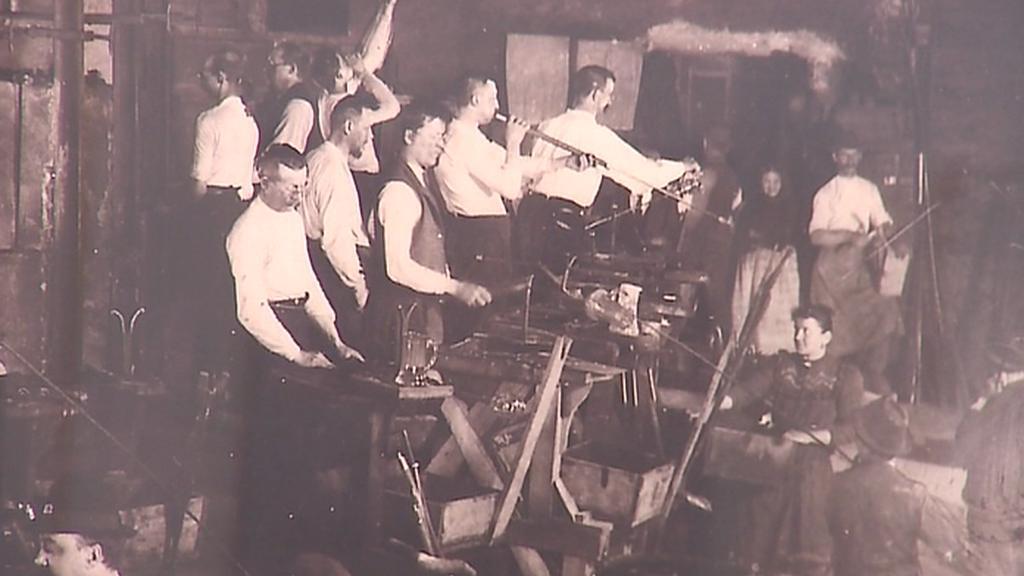 Výroba v harrachovské sklárně