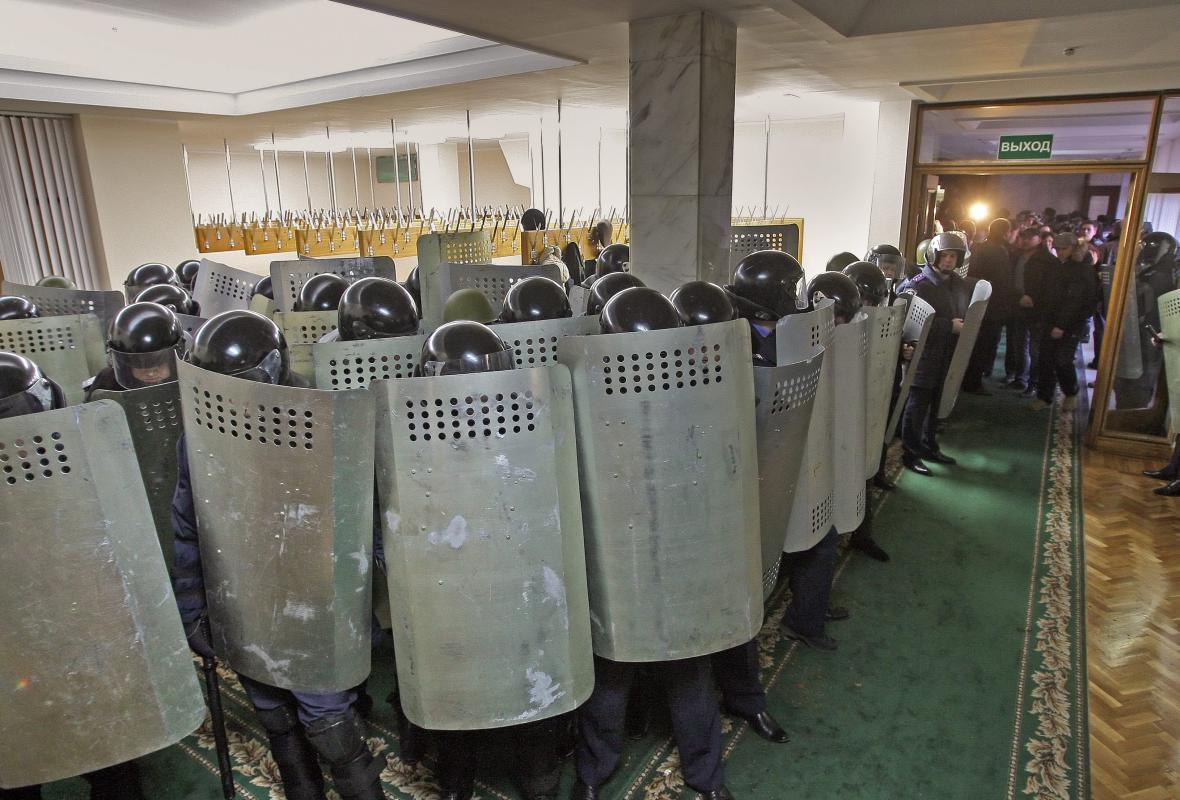 Ukrajinská policie v krymském parlamentu
