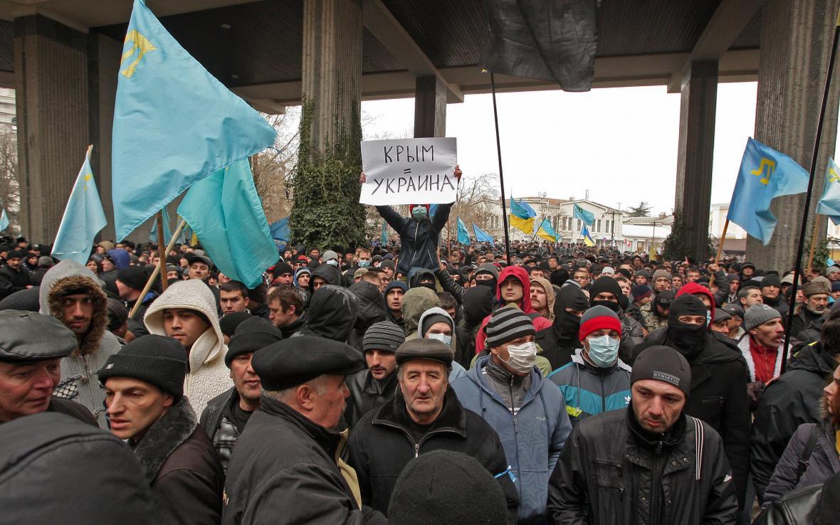 Krymští Tataři protestují před parlamentem v Simferopolu