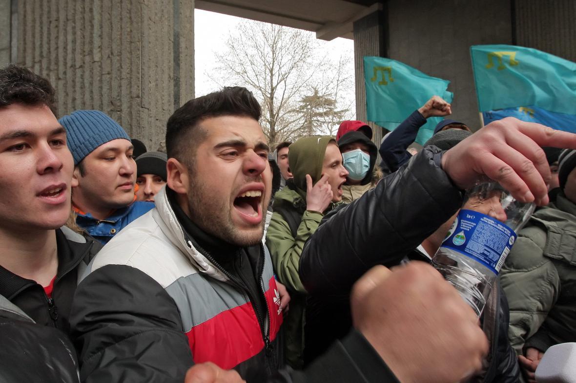 Protiruští demonstranti před krymským parlamentem