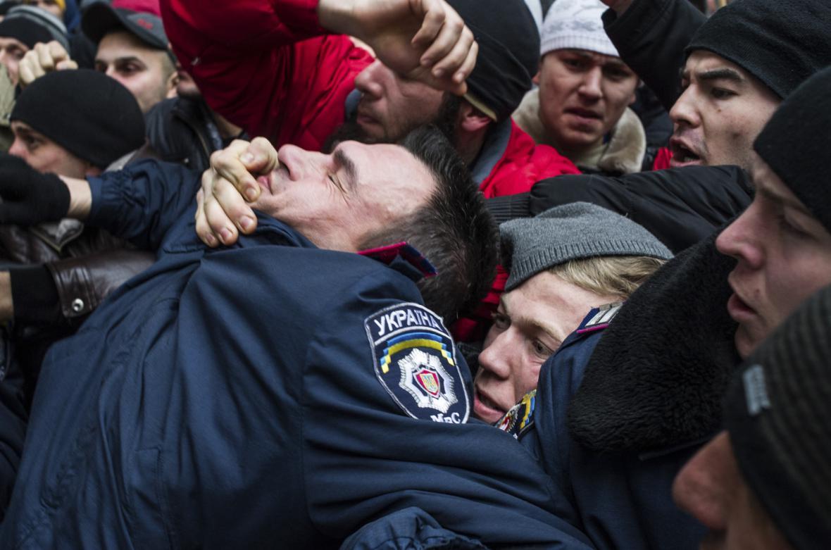 Násilnosti při protestech pro a protiruských demonstrantů před krymským parlamentem