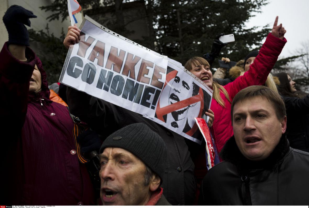 Proruští demonstranti v centru Simferopolu před krymským parlamentem